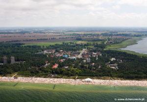 Wrzosowo - w głębi - na głównym planie plaża w Dziwnówku.